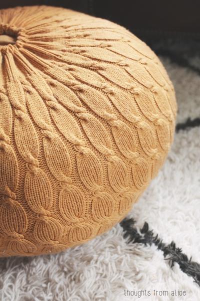 Вязаный пуф из старого свитера